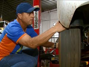 Mecânico afirmou que não cobra mão de obra da PM (Foto: Rodrigo Sargaço/EPTV)