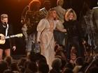 Beyoncé usa vestido transparente em apresentação no 'CMA Awards'