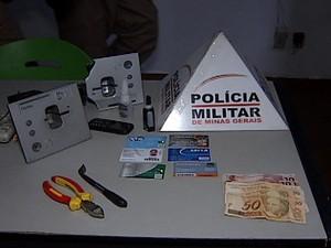 Homem é preso após instalar 'chupa-cabra' em agência de Uberlândia (Foto: Reprodução/TV Integração)