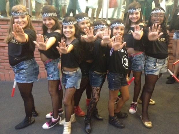 Meninas imitam coreografia da cantora Anitta em show no Rio (Foto: Isabela Marinho/G1)