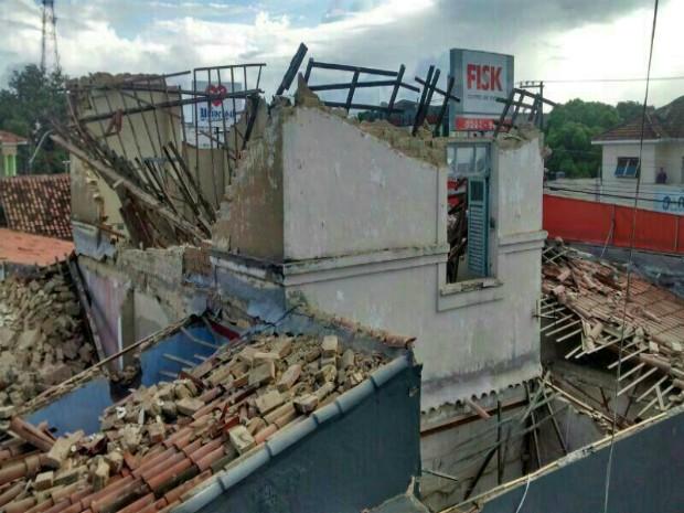 Escola ficou destruída após desabamento (Foto: Arquivo pessoa/ Maria Barreiros)