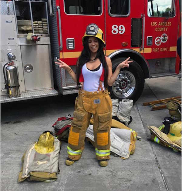 A celebridade Kourtney Kardashian fantasiada de bombeiro (Foto: Instagram)