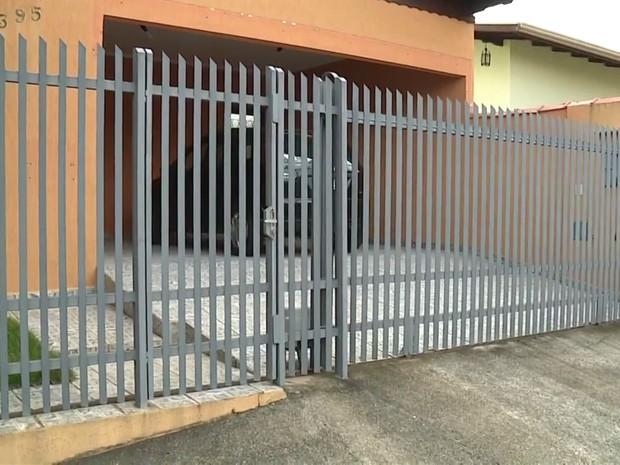 Garantir que portas e janelas foram trancadas é uma das dicas da PM (Foto: Reprodução EPTV/Marcelo Rodrigues)