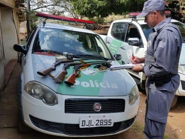Polícia apreendeu revólver, espingarda e munições em Pirajuí (Foto: Polícia Militar Ambiental/Divulgação)