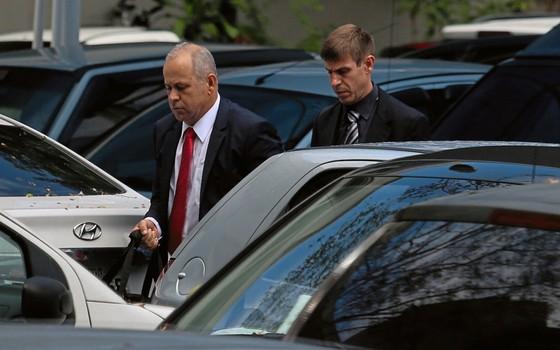 O conselheiro Domingo Brazão(á frente) chega á PF (Foto:  Fabiano Rocha / Agência O Globo)