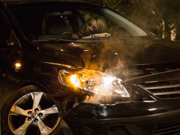 Pamela sai desesperada e bate o carro (Foto: Fábio Rocha/TV Globo)