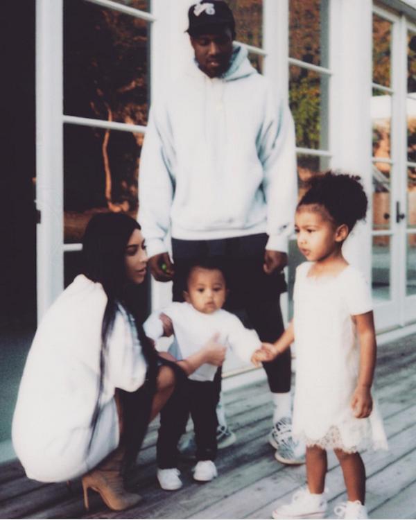 Kanye West, Kim Kardashian e seus dois filhos (Foto: Instagram)