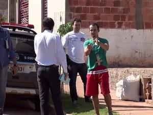 Suspeito mostra para a polícia detalhes do crime (Foto: Reprodução / TV TEM)