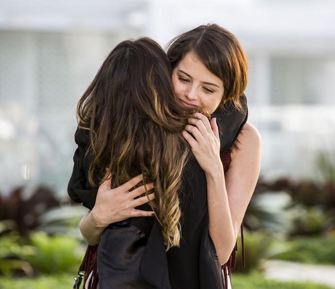 Bruna abraça Camila depois de dizer que é amiga dela (Foto: Ellen Soares/Gshow)