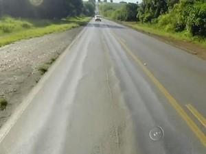 Pista tem sinais de deformações por vários quilômetros (Foto: Reprodução/ TV TEM)