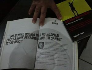 Humberto mostra Ademir da Guia citado em um livro sobre futebol (Foto: Renato Pereira)
