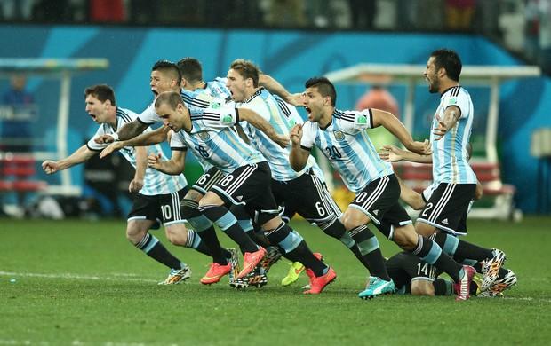 Jogadores da Argentina comemoram vitória sobre Holanda (Foto: Marcos Ribolli)