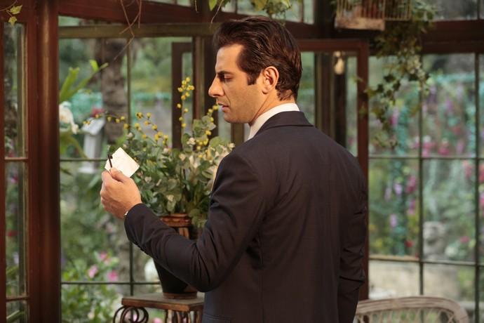 Araújo pega a chave e o endereço do apartamento onde Sandra tem encontros com Ernesto (Foto: Felipe Monteiro/Gshow)