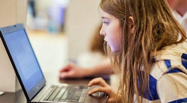 Betsy, 7, participou de experimento para mostrar vulnerabilidade de redes públicas de Wi-Fi (Foto: HMA/BBC)