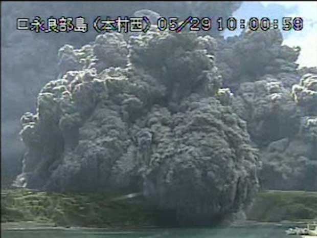 Vídeo da Agência Meteorológica do Japão mostra erupção do Monte Shindake (Foto: Agência Meteorológica do Japão / via Reuters)