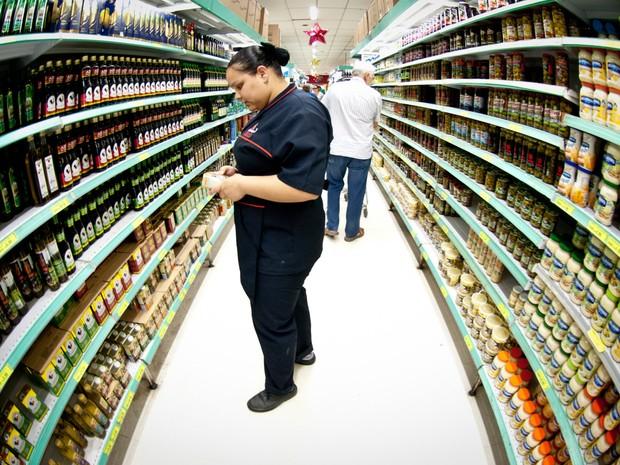 75217ea89 Mulher olha produtos na prateleira de supermercado (Foto: Marcelo  Camargo/Agência Brasil) Preços ...