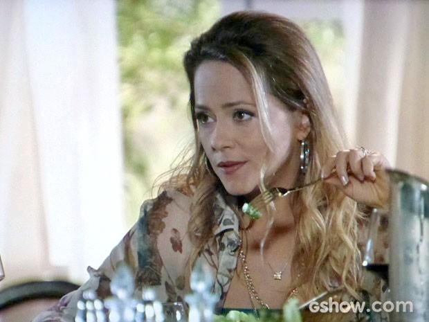 Shirley fala mal da filha na cara dela (Foto: Em Família/TV Globo)