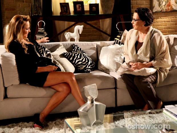 Selma conta seu plano para Shirley e as duas adoram estragar fuga de Laerte e Luiza (Foto: Carol Caminha / TV Globo)