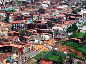 Casas correm risco de desabamento em Mãe Luíza após chuvas em Natal (Foto:  Kaline Lucena/G1)