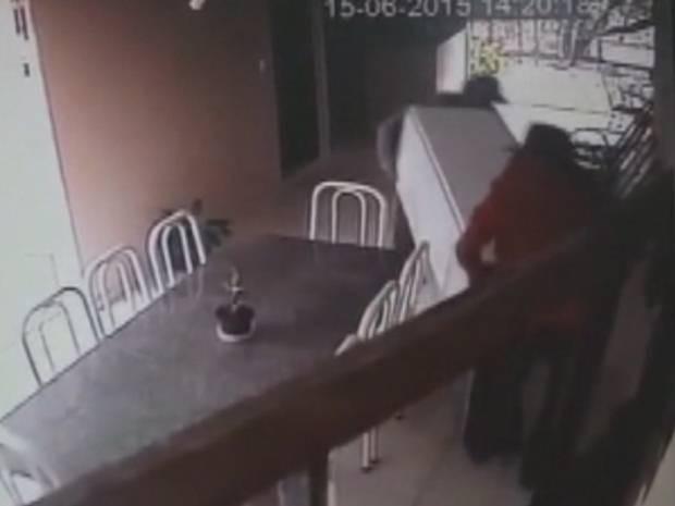 Assaltantes levam geladeira durante roubo (Foto: Reprodução / TV TEM)