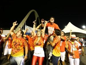 Integrantes da Viradouro comemoram título no sambódromo (Foto: Rodrigo Gorosito/G1)