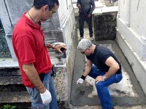 Policiais encontram túmulo irregular com cimento fresco, no São João Batista (Foto: Cristiane Cardoso/ G1)