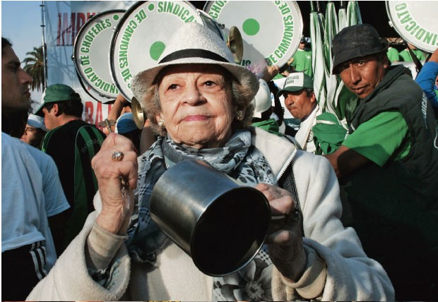 ...SINDICATOS REPROVAM Uma idosa participa de  um panelaço em repúdio aos altos impostos em junho.  Lideranças sindicais deixaram de apoiar  Cristina e promoveram manifestações nas ruas  (Foto: Martin Acosta/Reuters)