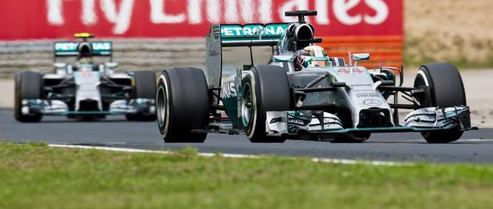 Lewis Hamilton segura Nico Rosberg no GP da Hungria de Fórmula 1 (Foto: Getty Images)