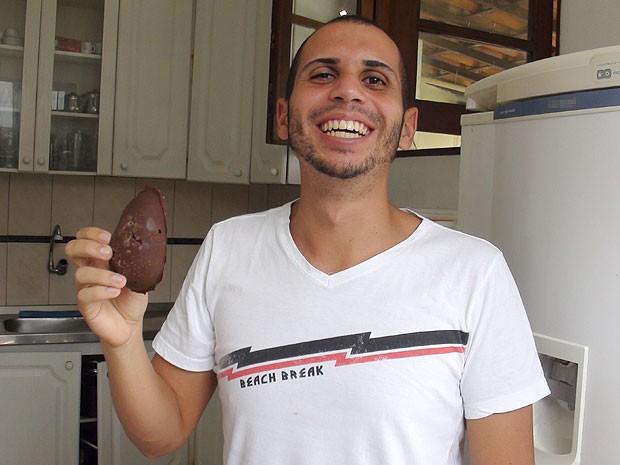 Estudante baiano fez ovo de páscoa com chocolate sem leite por causa da sua alimentação, Bahia (Foto: Lílian Marques/ G1)