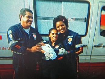 Equipe do Samu tira foto com o bebê atendimento (Foto: Reprodução/ TV Globo)