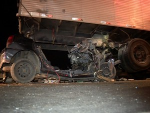 Motorista morre ao bater em caminhão durante fuga da polícia (Foto: Reprodução EPTV)