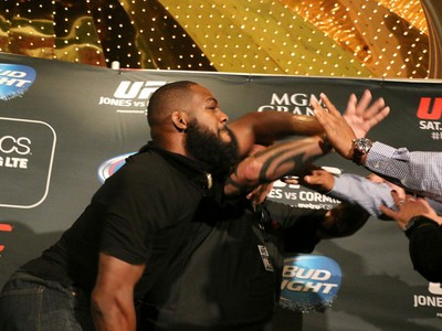 Jon Jones x Cormier briga pesagem UFC (Foto: Evelyn Rodrigues)