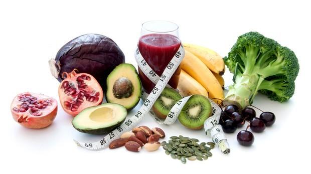 Suco verde, quinoa, frutas e nuts. O que você achava que estava de emagrecendo pode estar aumentando seu peso (Foto: Shutterstock)