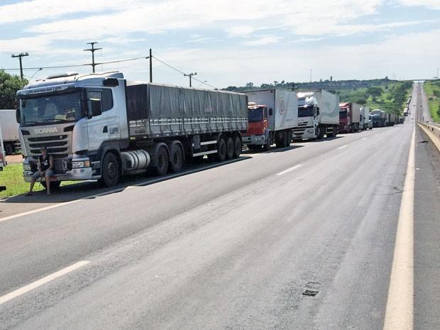 Protesto acontece no km 621 da Rodovia Raposo Tavares (SP-270) (Foto: Murilo Zara/TV Fronteira)