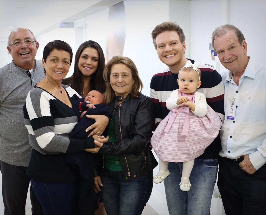 Thais Fersoza e Teló com família reunida (Foto: Instagram/Reprodução)