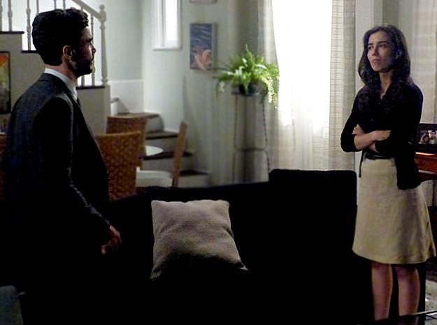 Cora fica desconfiada e quer saber sobre as intenções de Zé Pedro (Foto: Gshow)