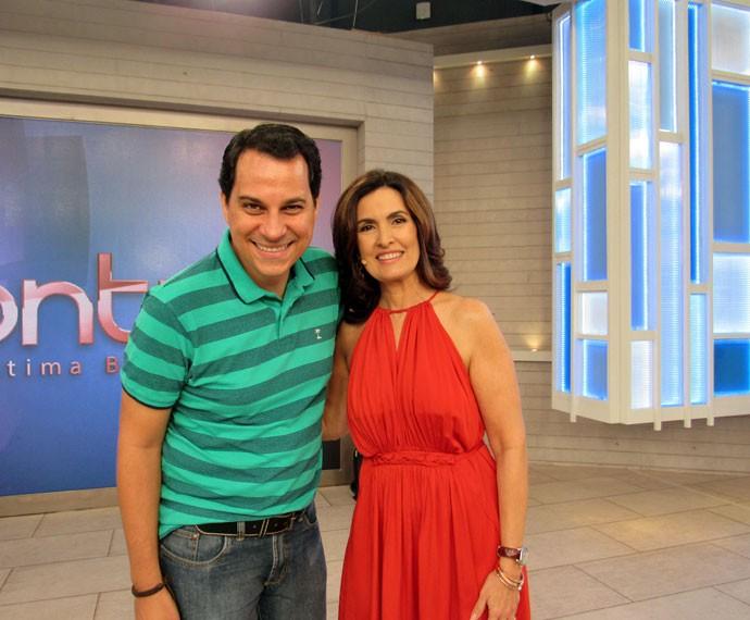 Convidado posa com a Fátima nos bastidores  (Foto: Priscilla Massena/Gshow)