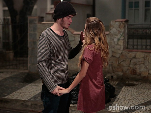 Sidney quase amolece o coração de Sofia, mas a garota recua mais uma vez (Foto: Felipe Monteiro / TV Globo)