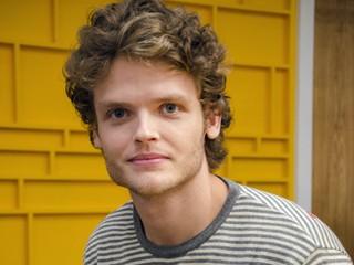 Edu (Rafael Paoli) é um jovem criativo e ambicioso (Foto: Raphael Dias/Globo)