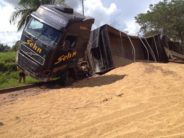 Carreta saiu da pista e tombou na BR-364 em Cacoal (Foto: Rogério Aderbal/G1)