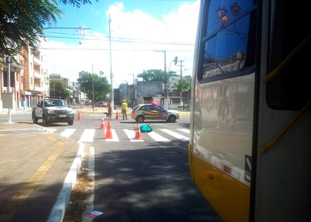 PM estava em uma motocicleta quando foi atingido ao cruzar a Rua Tavares de Lira com a Avenida Duque de Caxias (Foto: Antônio Netto/Inter TV Cabugi)