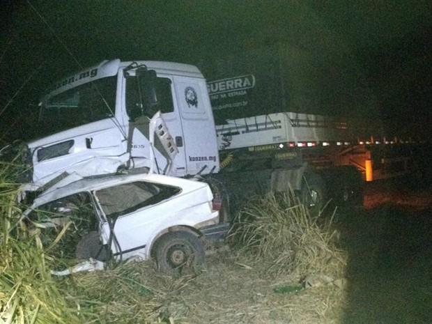 Motorista perdeu controle da direção e bateu em caminhão que seguia na pista contrária da BR-267, em Campanha, MG (Foto: Polícia Rodoviária Federal)
