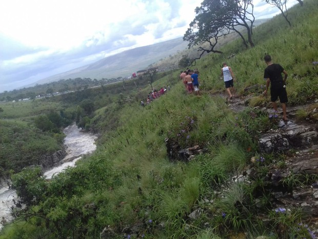 Turistas ficaram ilhados na Cascatinha, em São João Batista do Glória (Foto: Reprodução / Redes Sociais)