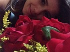 Paula Fernandes ganha presente do namorado: 'Flores do meu amor'
