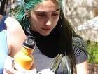 Filha de Madonna aparece com cabelo pintado de verde