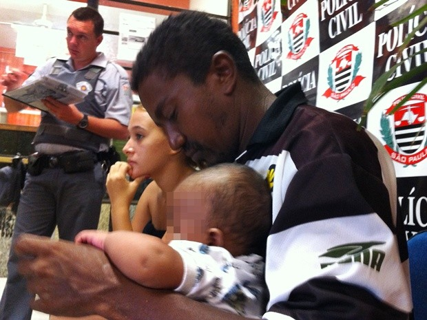 Bebê foi entregue para o pai e a mãe pela polícia (Foto: Pollyana Moda/TV Tem)