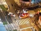 Carro avança semáforo, provoca acidente e deixa uma pessoa ferida