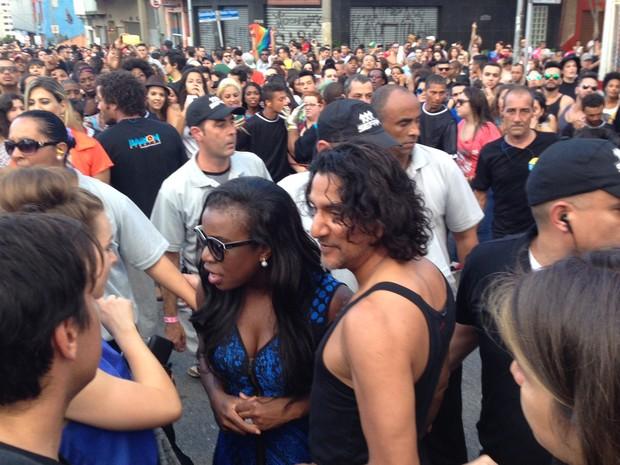 Atores de seriado de TV são cercados por seguranças durante a Parada LGBT (Foto: Letícia Macedo/ G1)