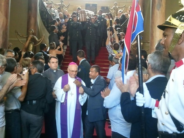 Corpo do governador Marcelo Déda é levado para área externa do Palácio Museu Olímpio Campos (Foto: Marina Fontenele/G1)