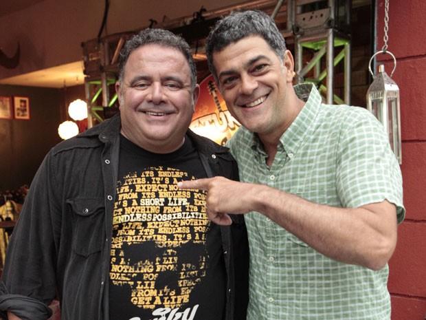 """Du Moscovis""""invade"""" as gravações no Misturama para dar um abraço em Leo (Foto: Foto: Malhação / TV Globo)"""